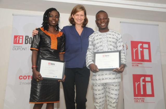 Cécile Mégie, Directrice de RFI entourée de Cécile Goudou, lauréate journaliste et Didier Guedou, lauréat technicien