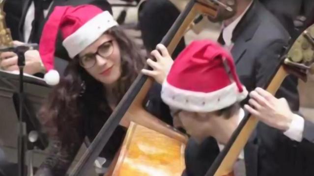 """Deux Violoncellistes du """"Philhar"""" lors du concert de Noël 2015  © Maison de la radio"""