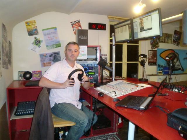 Michel Dunand dans le studio de la radio Principe Actif, à Evreux