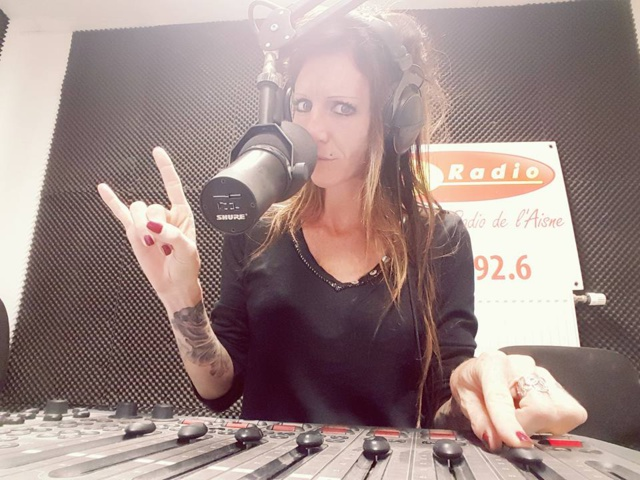 Chaque week-end, Émilie prend le micro sur N'Radio. © EB.
