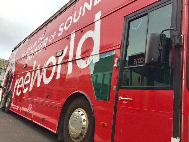 Le grand bus de Reelworld crée actuellement la sensation devant le RAI Convention Centre à Amsterdam