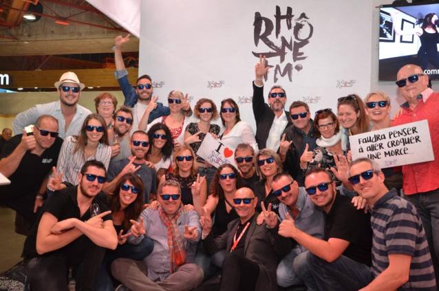 Une grande partie de l'équipe de Rhône FM réunie sur le stand de la Foire du Valais à Martigny.