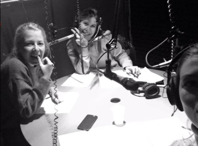 Manuela, Camille et Eva dans le studio de Pepper radio, en train de présenter leur émission Publivore