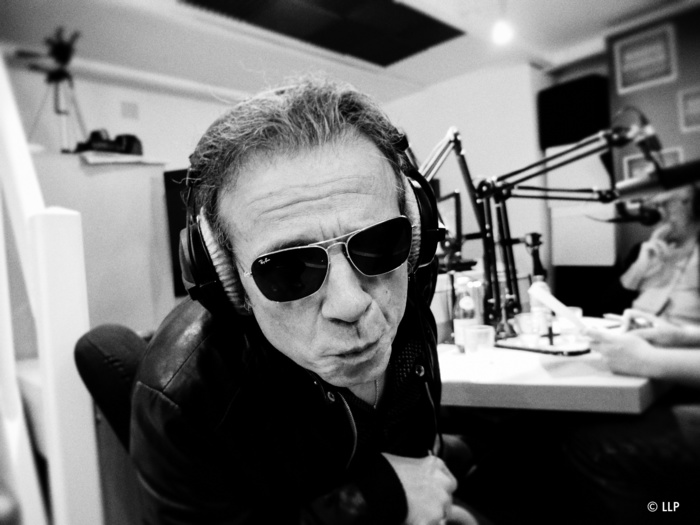 Philippe Manoeuvre amène son magot dans la radio: deux tonnes de vinyles.