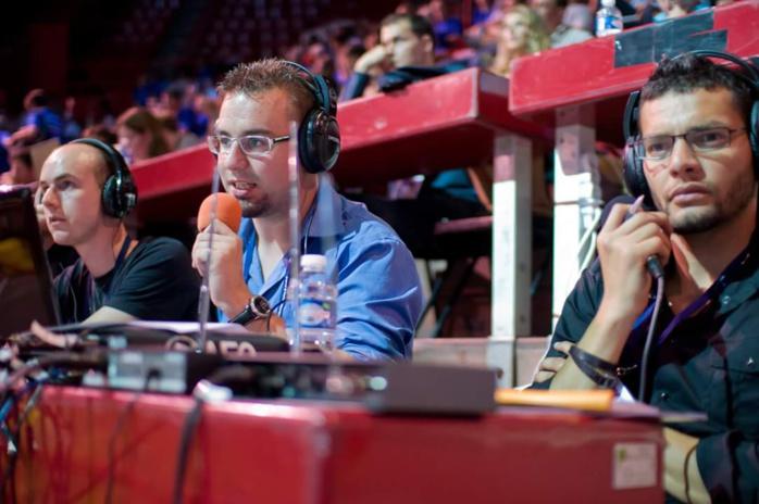 Comme de nombreux commentateurs sportifs, Cyril Frémin (au centre) de Delta FM fait parfois appel à un consultant.