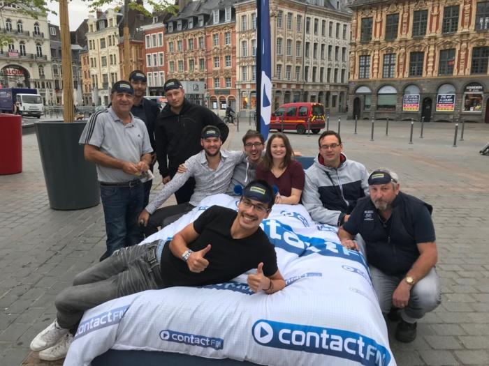 Contact FM dans un lit sur la Grand Place de Lille