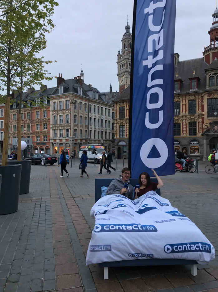 Contact FM dans un lit sur la Grand Place de Lille