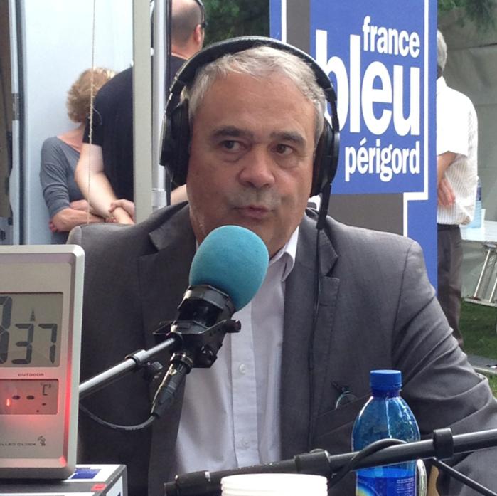 Homme de terrain, Claude Esclatine appréciait se déplacer dans les locales comme ici à Périgueux durant l'été 2014 au micro de France Bleu Périgord © La Lettre Pro