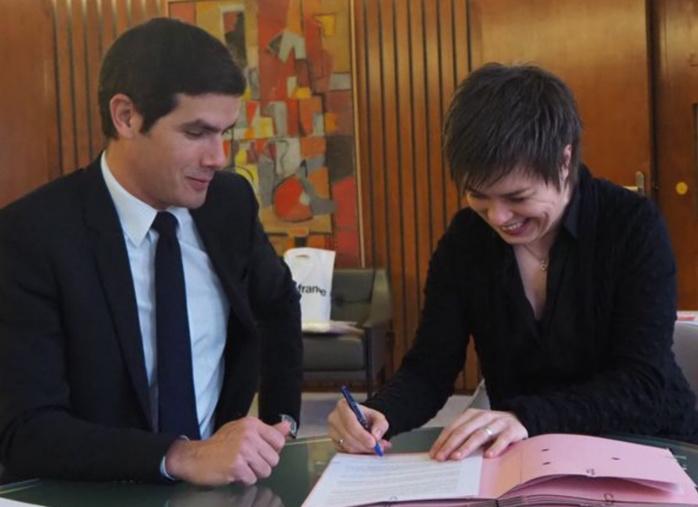 Martina Batic signe son contrat de directrice musicale de Radio France en présence de Matieu Gallet, PDG de Radio France