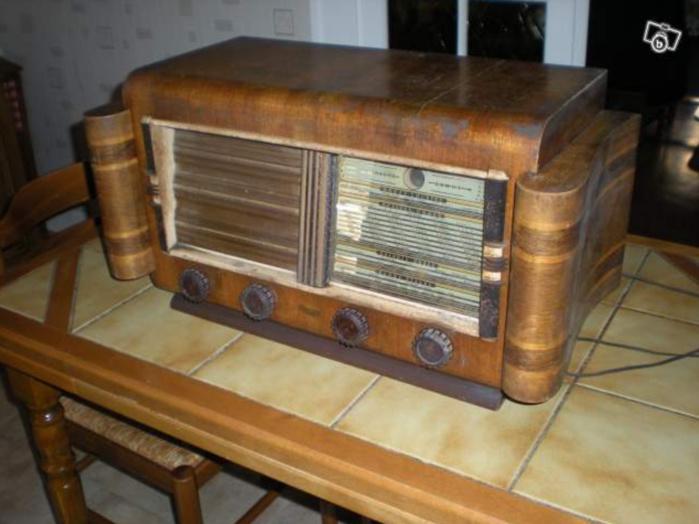 Un vieux poste de radio qui trône, toujours, sur la table d'une cuisine.