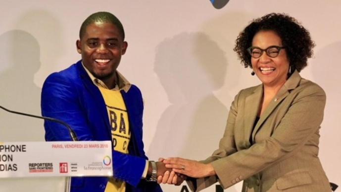 Rodriguez Katsuva du site Habari (RDC) recevant le prix Francophone de l'innovation dans les médias, des mains de la secrétaire générale de l'OIF, Michaëlle Jean, le 23 mars 2018. © RFI/Pierre René-Worms
