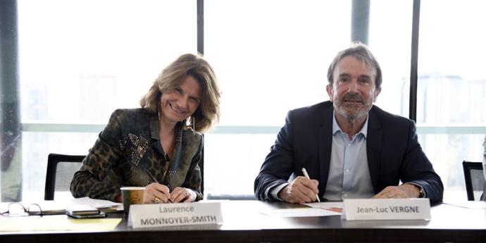 Hier matin, la signature de la Charte Développement durable © RF/Christophe Abramowitz