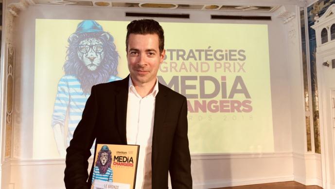 """Nicolas Pavageau, directeur général de Contact FM, a reçu ce prix pour saluer le succès de son émission """"Les Chasseurs d'Emploi"""" au Media Changers Awards 2018"""
