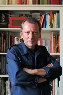 Serge Fournel utilise des livres et des sites web pour réaliser son éphéméride radio. / Crédit: Anne Fournel