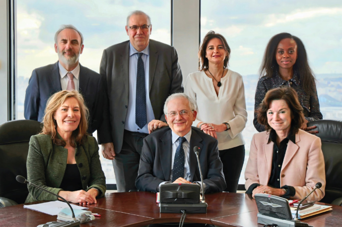 Jean-François Mary, Nicolas Curien, Nathalie Sonnac, Carole Bienaimé-Besse (debouts de gauche à droite) et Mémona Hintermann-Aff éjee, Olivier Schrameck (président), Sylvie Pierre-Brossolette (assis de gauche à droite) © CSA