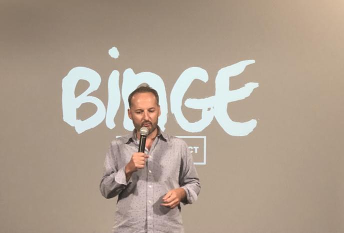 Joël Ronez, co-fondateur de Binge Audio lors de la conférence de rentrée. Le site se lancera, en novembre prochain, dans le traitement de l'actualité quotidienne avec Binge Actu © François Quairel / La Lettre Pro de la Radio