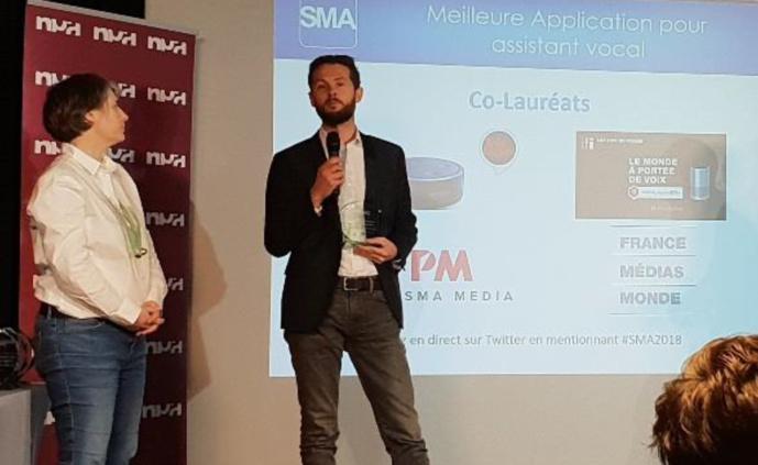 Vincent Fleury, directeur des environnements numériques de France Médias Monde, reçoit le Trophée SMA