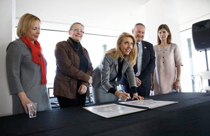 Sibyle Veil a signé la charte LGBT+ de L'Autre Cercle © Radio France / Mathieu Genon