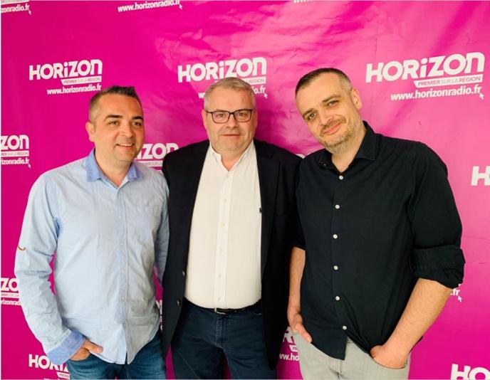 Passage de relais entre Yann Brunissen et Julien Mano avec au milieu Philippe Deviller