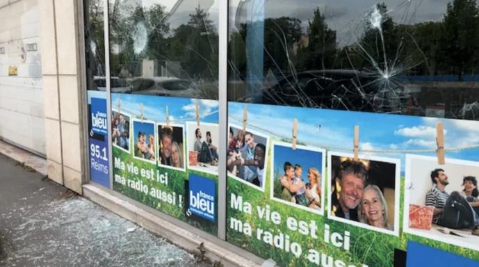 Plusieurs vitrines de la station ont été brisés / Photo Radio France