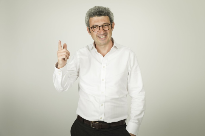 """Jules Lavie dirige Code Source, le podcast du journal Le Parisien. Après avoir passé 15 ans à Radio France, il lance """"Vraiment"""", un éphémère hebdomadaire papier."""