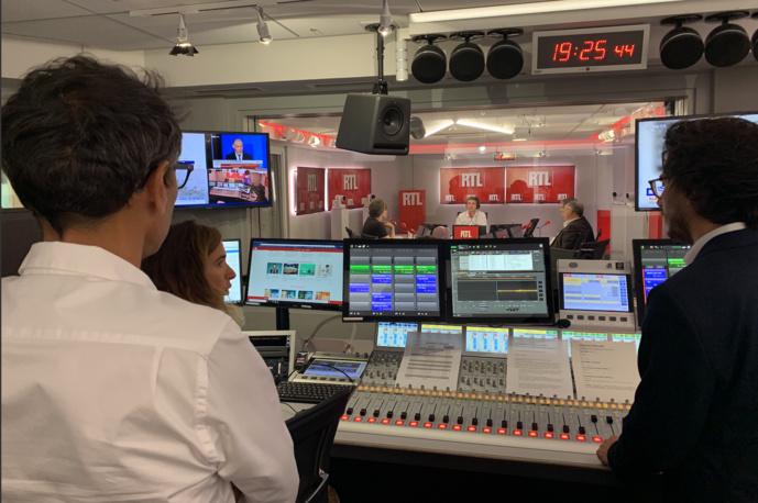 Les premiers pas de Thomas Sotto, vus de la régie sous le regard du nouveau patron de la station, Régie Ravanas. Photo François Quairel / La Lettre Pro de la Radio