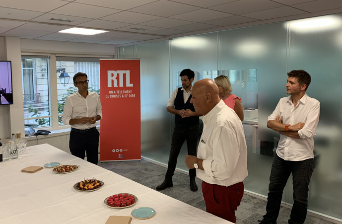 Après l'émission, Régis Ravanas avait réuni les salariés de la station et quelques journalistes médias pour accueillir Thomas Sotto. Photo François Quairel / La Lettre Pro de la Radio
