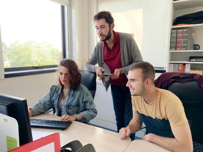 L'équipe de la division digitale de Radio Scoop en plein travail pour gagner de nouveaux auditeurs.