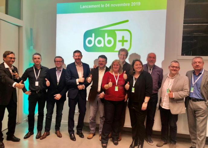 De droite à gauche : Eric Adelbrecht (Maximum Fm et Must FM), Gregory Finn (FUN Radio), Philippe Deraymaeker (FUN Radio), Maria-Eva Jauregui (Antipode), Marc Vossen (Chérie FM, Nostalgie, Nostalgie+ et NRJ), Natacha Delvallée (Sud Radio et Sud Radio Belgique), Jacques Galloy (1RCF), Emmanuel Mestdag (Bel RTL), Xavier Huberland (RTBF : Classic 21, Jam, La1ère, Musiq'3, Pure, Tarmac, VivaCité, Viva+ et RTBF Mix en Flandre), Stéphane Gilbert (Radio Contact) et Francis Goffin (maRadio.be).