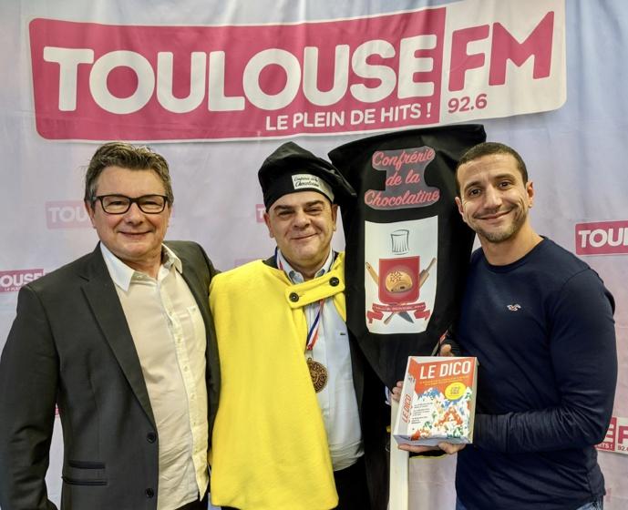 """Pierre Nicolas Bapt de la Confrérie de la Chocolatine, entouré par Sylvain Athiel et Reyda Messaoudi ,animateur à Toulouse FM autour du """"Dico""""."""