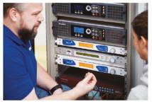 Joost Schultke explique les informations affichées et comment configurer l'IP-4c et DAB-4c avec la jog wheel. © 2wcom Systems GmbH