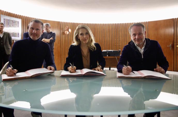Sibyle Veil, Présidente-directrice générale de Radio France, Romain Vivien, Président des Victoires de la musique, et Jean-Yves de Linares, Directeur général des Victoires de la Musique, ont signé la reconduction du partenariat