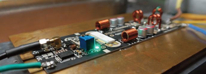 Prototype d'amplificateur RF 87 à 108 MHz de 1 500 à 1 900 watts à 80% de rendement sur toute la bande, composé du transistor BLF189XRB.