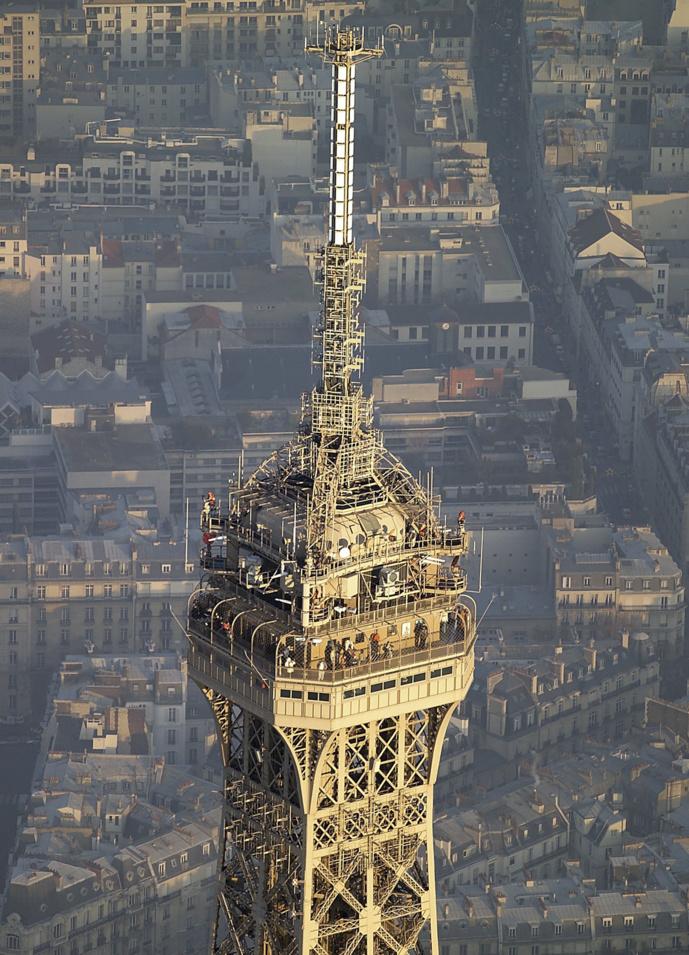 Les installations techniques de TDF au sommet de la Tour Eiffel © TDF