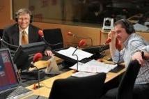 De Bill Gates à Zahia Dehar. Yves Calvi fait souvent le grand écart... © Abaca Press pour RTL / C.Guibbaud
