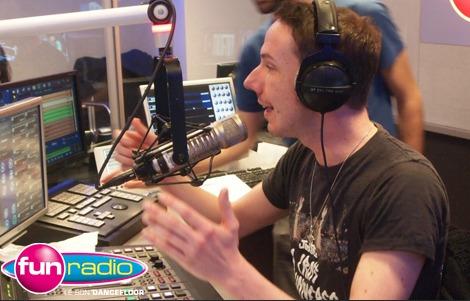 Karel est l'animateur de la libre-antenne en soirée sur Fun Radio