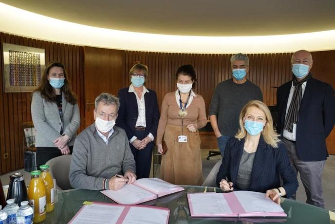 Signature de l'accord en présence de Sibyle Veil, Présidente-directrice générale de Radio France et Emmanuel de Buretel, Président de la SPPF @ Christophe Abramowitz - Radio France