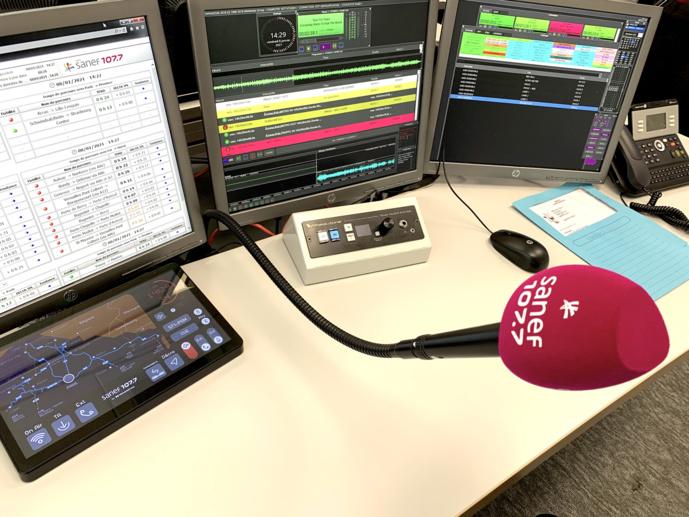 Dans un studio de diffusion, l'interface tactile ScreenBuilder et le pupitre de contrôle TS4. © Maxime Paillé - Mediameeting.