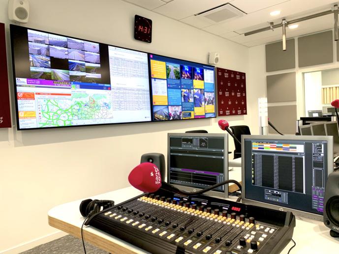 Le studio 4 Social Room et ses deux écrans géants. © Maxime Paillé - Mediameeting.