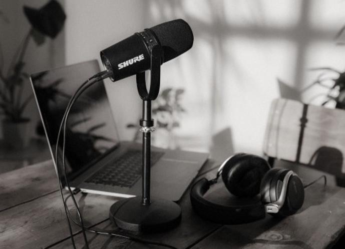 Compatible avec un grand nombre d'appareils, le MV7 s'intègre facilement à des installations existantes, que ce soit pour créer du contenu dans un home studio ou pour enregistrer en déplacement