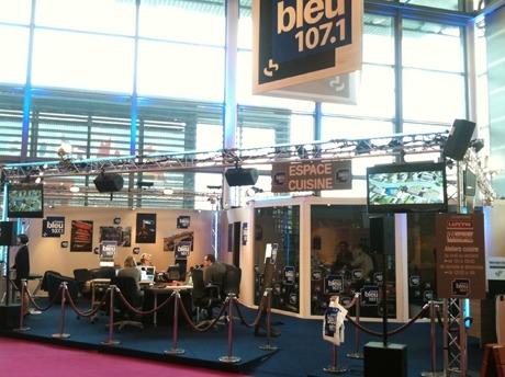 Le studio de France Bleu 107.1 est installé au pavillon 5.2  stand n° A001 à gauche de l'entrée principale de la Foire de Paris © Radio France