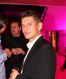 Antoine Baduel anime L'Happy Hour chaque jour sur FG, radio qu'il dirige aussi avec son frère Jean-Etienne