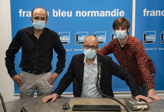 La matinale de France Bleu Normandie est animée par (de gauche à droite) par Yves-René Tapon (journaliste), Michel Jérôme (animateur) et Thomas Schonheere (journaliste) © Loïc Seron