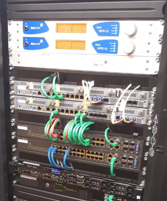 Codec MPX-2c 2 canaux monté en rack sur le site du client. © Broadcast Partners.