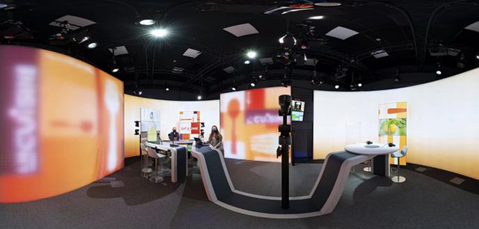 """Le studio antenne est divisé en une """"zone de discussion"""" (à gauche) et une zone """"confortable"""" (à droite) © RTBF"""