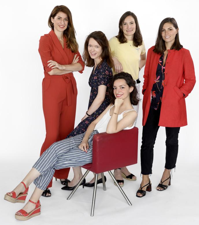 De gauche à droite : Saskia de Ville, Aurélie Moreau, Elsa Fottorino, Marjolaine Portier-Kaltenbach. Assise : Charlotte Landru-Chandès