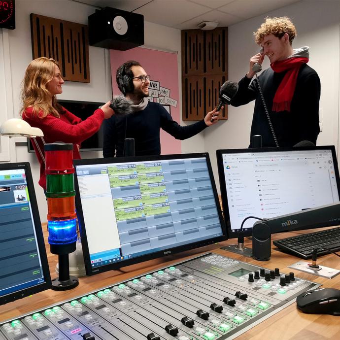 Équipe d'Euradio, au premier plan la console AEQ Forum IP. © Euradio