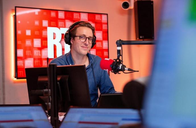 Après les avoir réveillés, Julien Sellier accompagne les fins de journée des auditeurs. © Gabrielle FERRANDI / Agence 1827 / RTL.