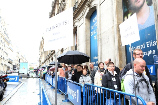 Il fallait patienter longtemps et sous la pluie avant d'entrer dans les studios de la rue François 1er