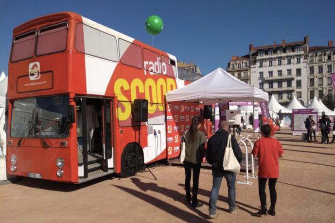 Run In Lyon est aussi l'occasion pour Radio Scoop de mettre en avant ses couleurs avec son bus à Impérial © Radio Scoop